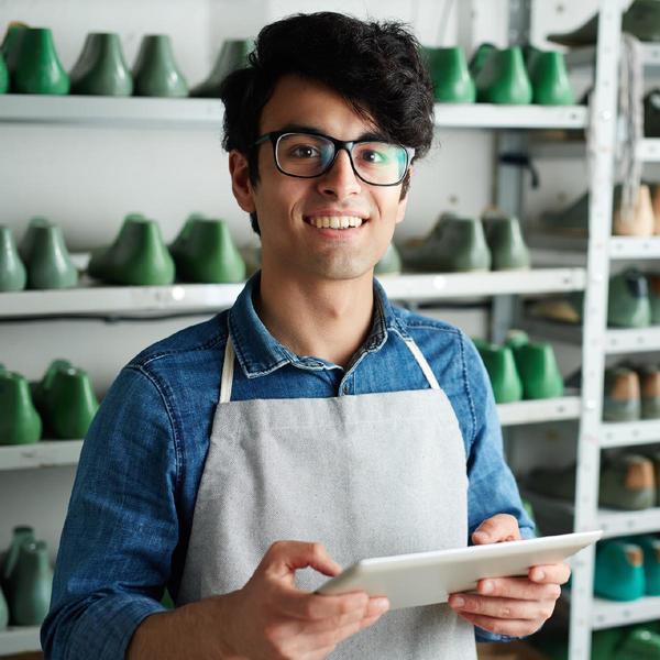 Uomo sorridente nel suo negozio