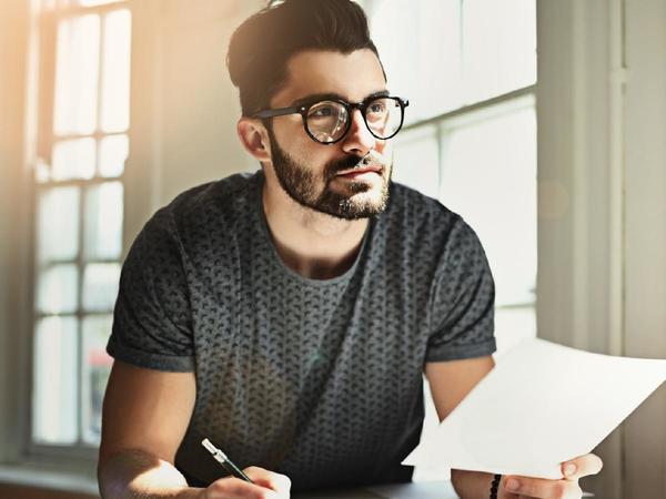 Uomo riflette alla scrivania