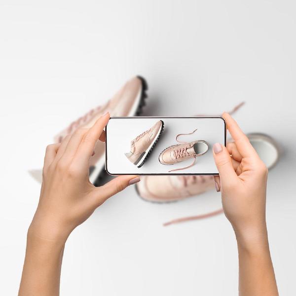 Mani che fotografano scarpe