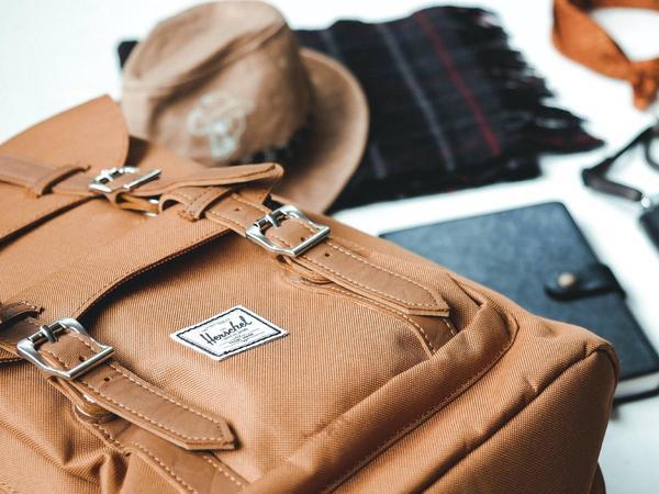 zaino, cappello, sciarpa, diario