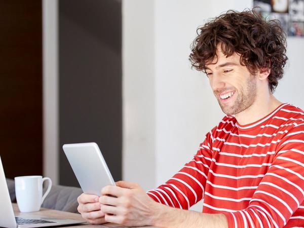 Uomo sorridente con tablet