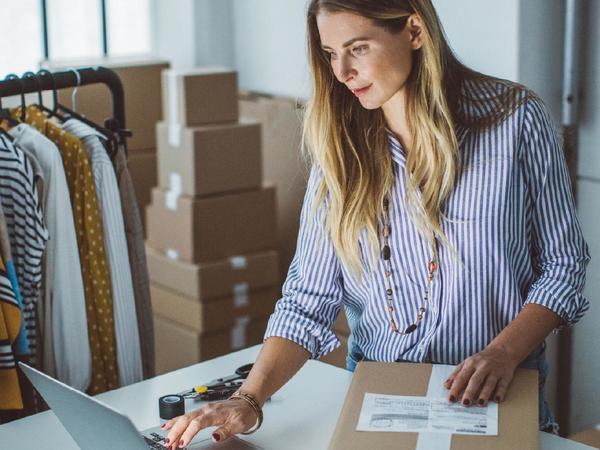 donna lavora con il laptop