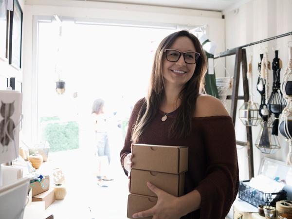 Donna con pacchetto