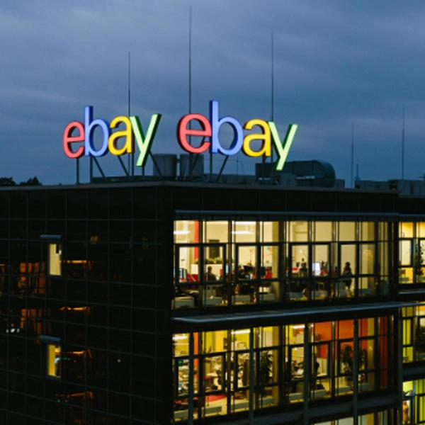 eBay Gebäude bei Abend