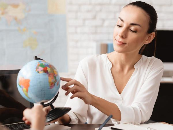 donna guarda un mappamondo