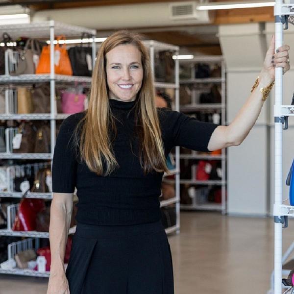 eBay-Verkäuferin für Taschen in ihrem Lager