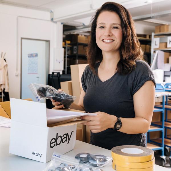 eBay-Händlerin mit Paket