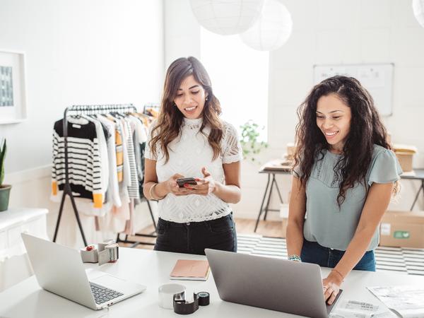 Due donna lavorano nel loro negozio