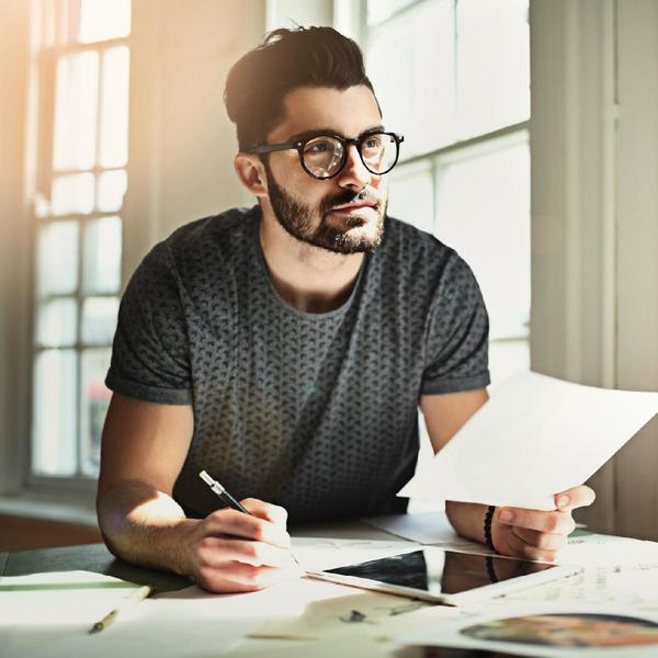 Uomo scrive alla scrivania