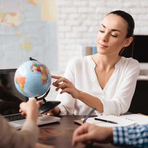 Junge Frau dreht Globus